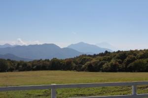 (清泉寮から遠く富士山を望む)