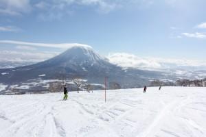 (ニセコ・アンヌプリ国際スキー場から羊蹄山を眺める)